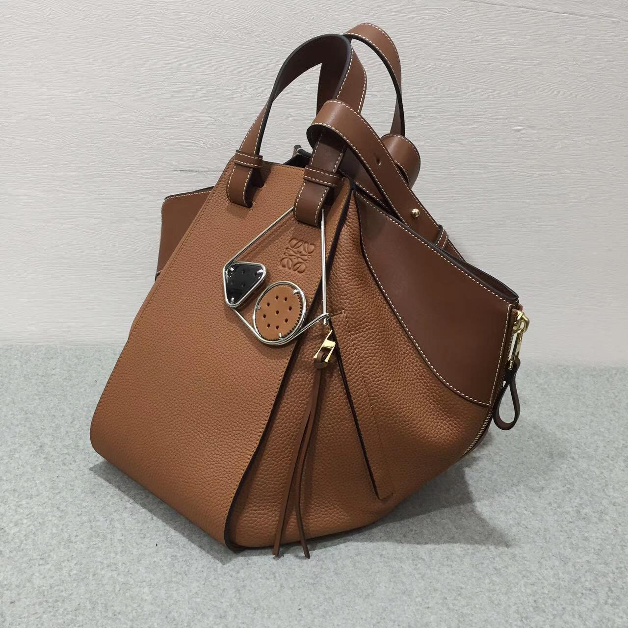 LOEWE女包Hammock Bag 系列全新吊床包 采用togo小牛皮棕色 大號:88537
