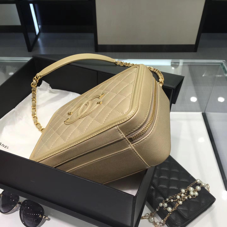 小香 中號質感小牛皮金色化妝包 Vanity case bag