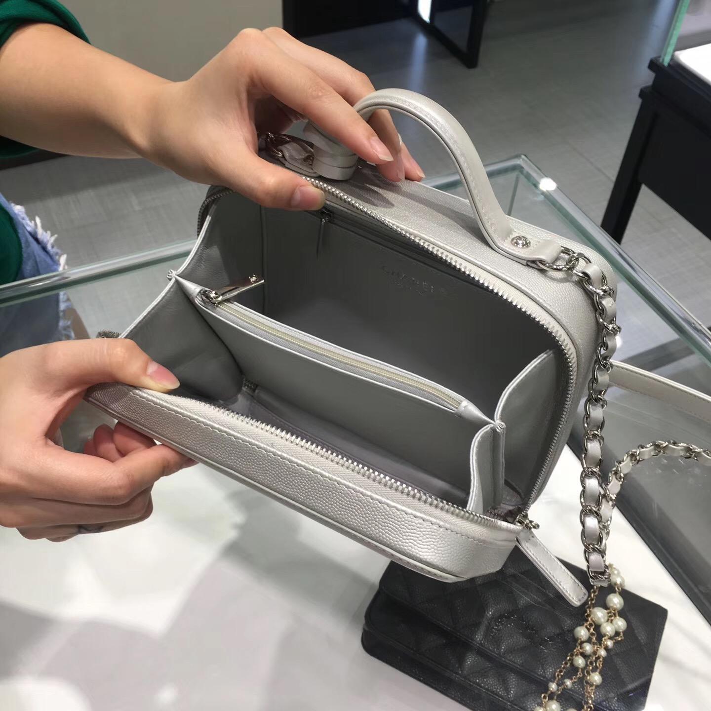 小香 中號 小牛皮銀色化妝包 Vanity case bag
