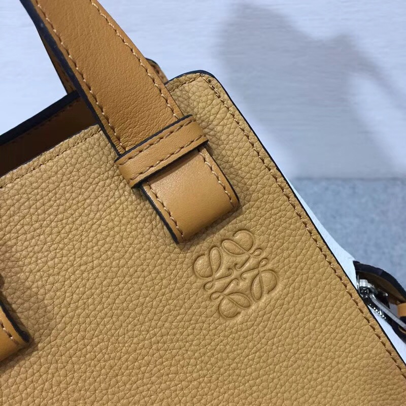 loewe Hammock手袋柔軟粒面小牛皮Medium Bag Soft White/Amber