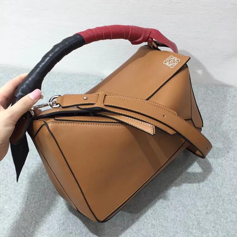 羅意威女包 loewe Puzzle Wrap Bag 棕色 配有穿孔雙色納帕皮革條