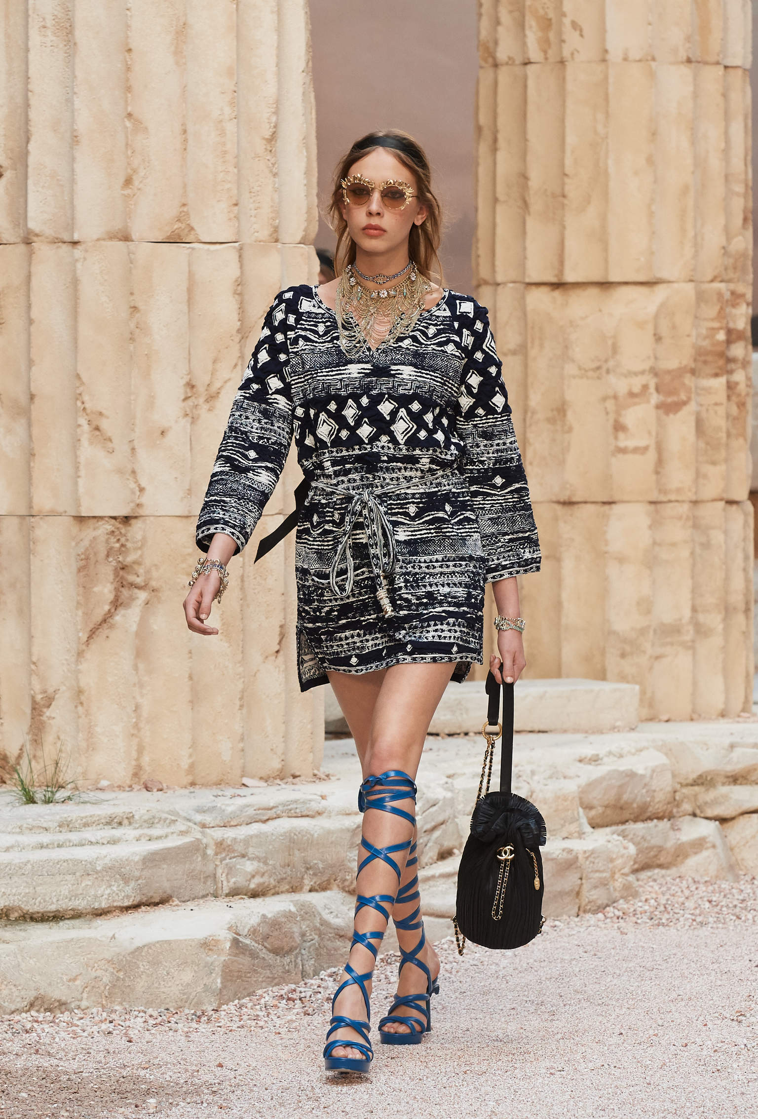 Chanel官網 2018春夏系列 黑色 幻彩折紋小牛皮與金色金屬 雙肩背包