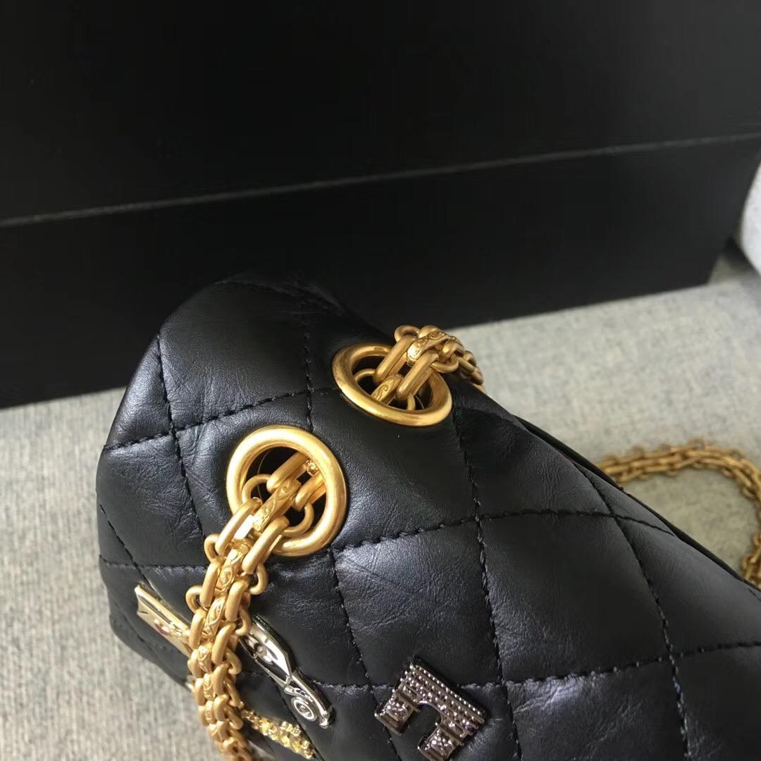 小香復刻版 luckycharm 2.55徽章口蓋包 黑色復古牛皮吊飾與金色金屬