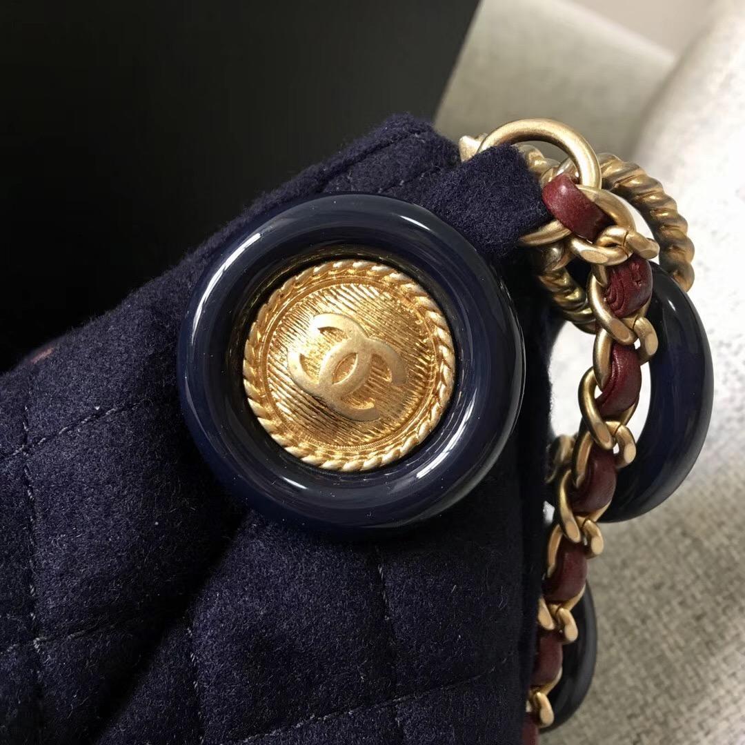 香奈兒水桶包 羊毛小羊皮 吊飾與金色金屬 海軍藍