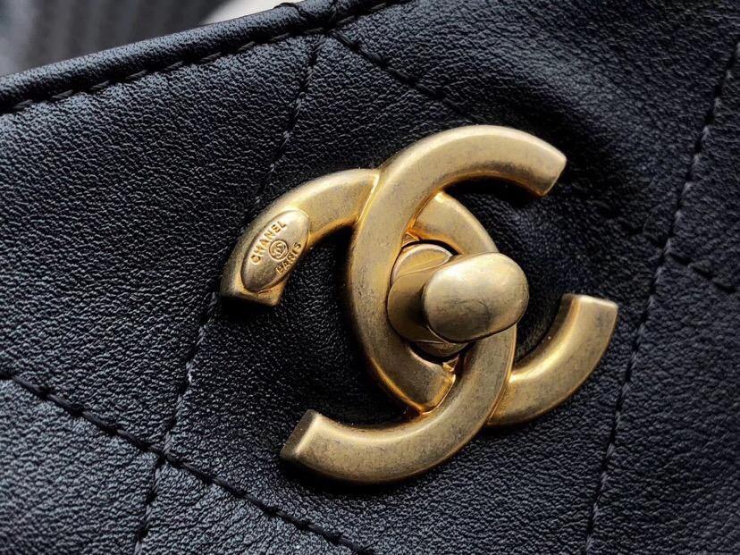 劉雯香奈兒新款嬉皮包 黑色小牛皮、羅緞與金色金屬