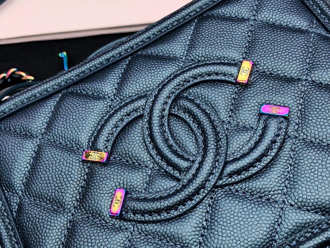 香奈兒小號化妝包 藏青色 顆粒球紋小牛皮幻彩色金屬 Vanity Case bag相機包