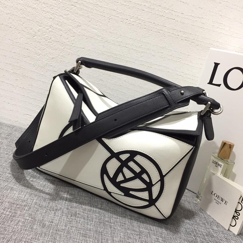 羅意威包包臺灣官網 LOEWE Puzzle Roses Bag 白色/黑色
