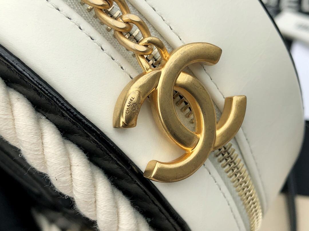 香奈兒2019最新款包包 圓形小手袋 黑與白皺紋小牛皮、棉與金色金屬