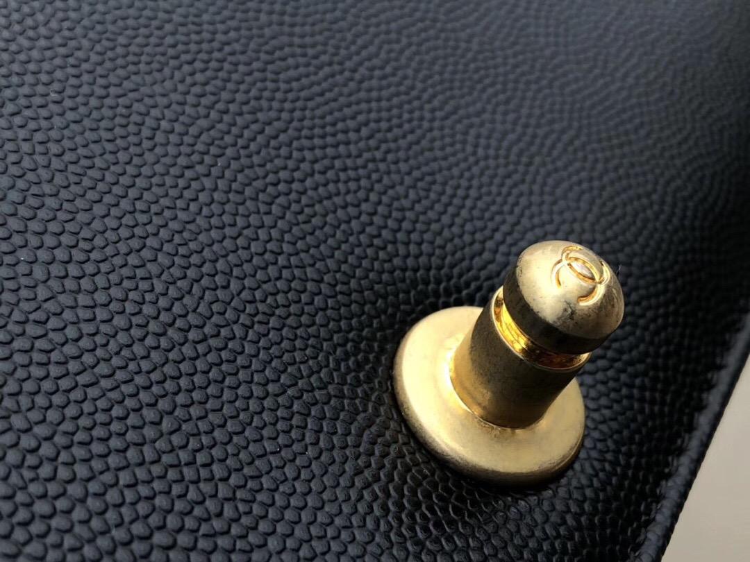 香奈兒Large BOY CHANE口蓋包 黑色顆粒壓花小牛皮 金色金屬 V型縫線